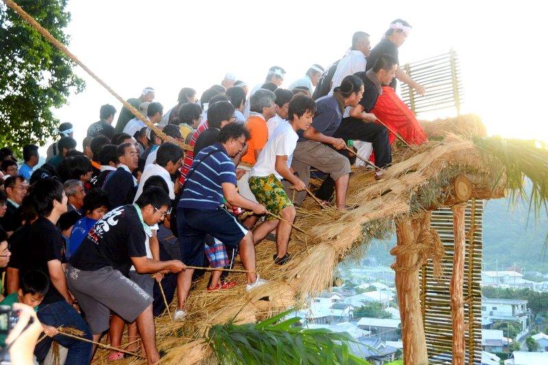 国指定重要無形民俗文化財「秋名のアラセツ行事」で行われる「ショチョガマ」祭り